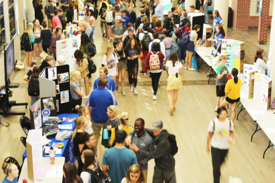 Students+peruse+around+the+fair+to+find+new+opportunities.+